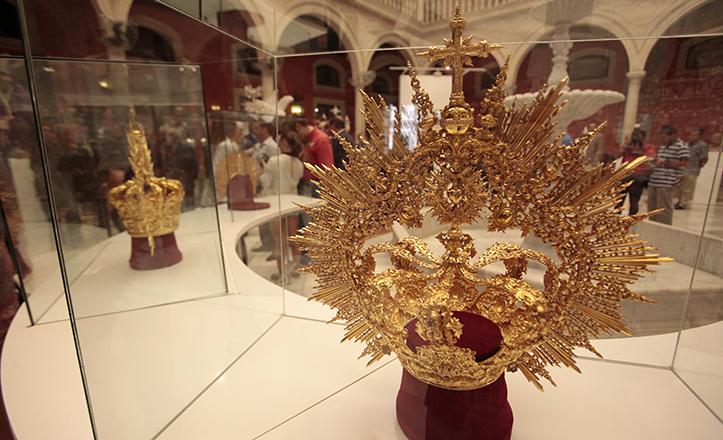 Corona de la Virgen de los Dolores, en la exposición sobre los 25 años del Cerro del Águila como hermandad de penitencia / José Galiana