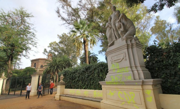 Estado actual de las estatuas de la glorieta de Covadonga, llenas de pintadas