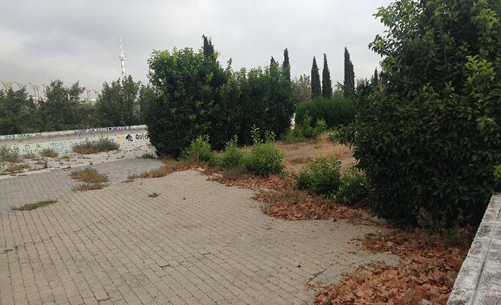 Estado de uno de los accesos al Paseo de Juan Carlos I, que bordea la ribera del Guadalquivir