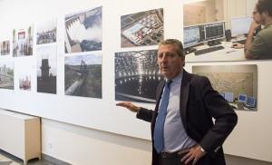 El consejero delegado de Emasesa, Jesús Maza, durante la visita a la exposición