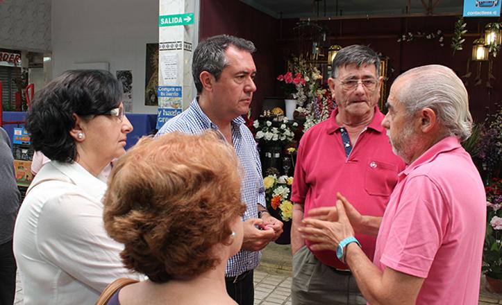 Juan Espadas durante su visita al Mercado del Tiro de Línea