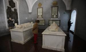 A la derecha, la tumba con relieve de Benito Arias Montano / José Galiana