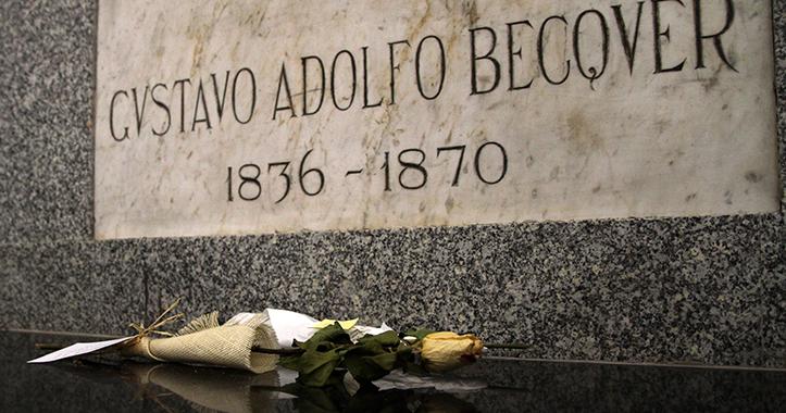 La lápida de Gustavo Adolfo Bécquer suele recibir muestras de cariño, poesías o flores / Vanessa Gómez