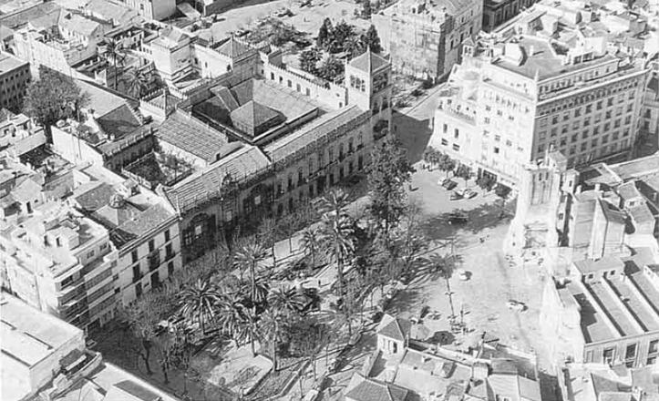 La plaza del Duque en los años 60, con los dos Palacios aún intactos / Diccionario histórico de las calles de Sevilla