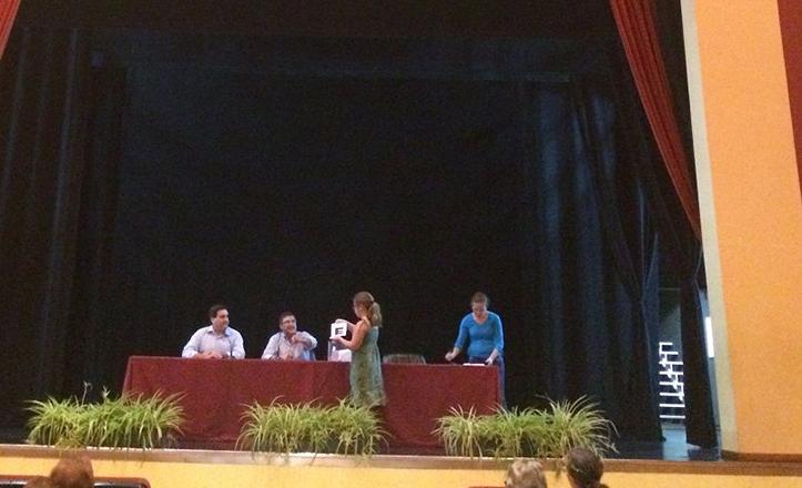 Momento del sorteo de plazas para los talleres socioculturales del Distrito Macarena
