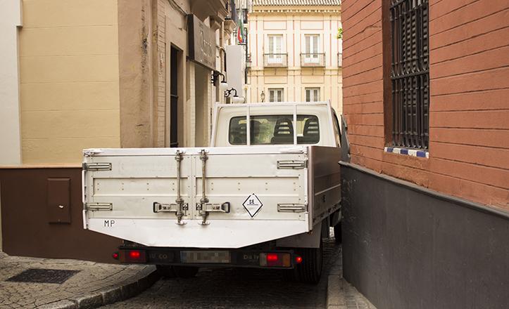 Un vehículo de gran envergadura atraviesa el estrecho espacio de Ximénez de Enciso / Fran Piñero