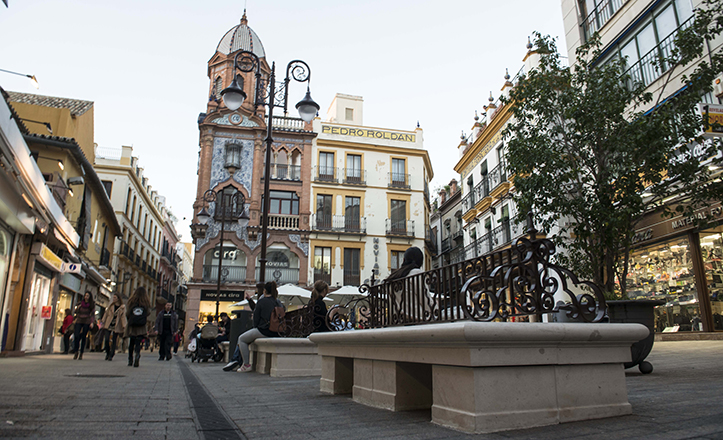 Plaza de Jesús de la Pasión, antigua «del Pan», con los nuevos bancos / Millán Herce