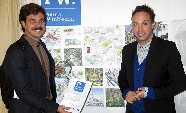 Pablo-Sendra-y-Javier-Martinez,-miembros-de-Lugadero-junto-al-panel-del--concurso