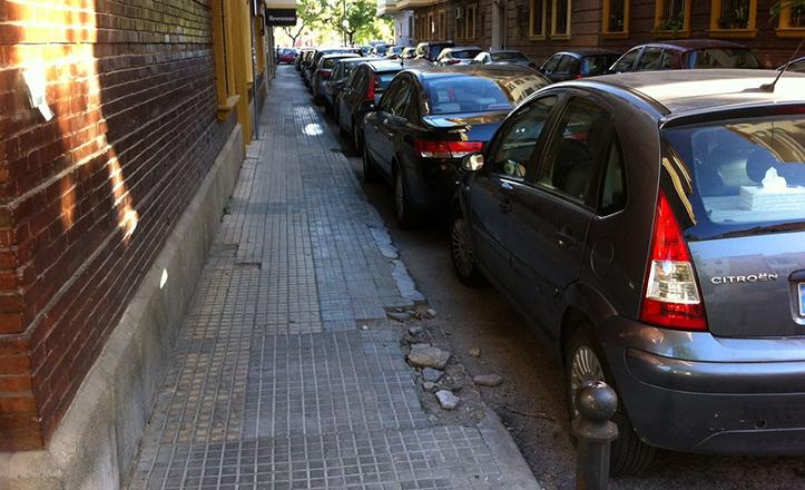 Estado actual del acerado en la calle Ramón de la Cruz