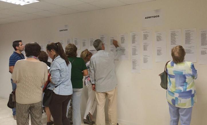 Vecinos comprueban si han sido admitidos en los talleres socioculturales de Los Remedios