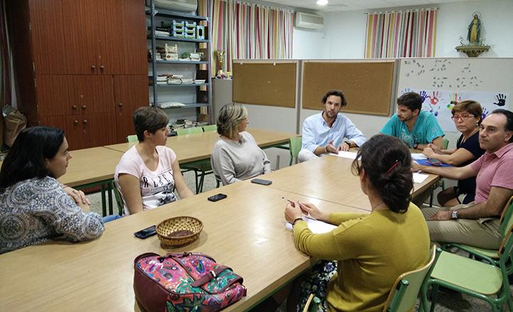 José Miguel Luque en plena reunión con los miembros de Brotes