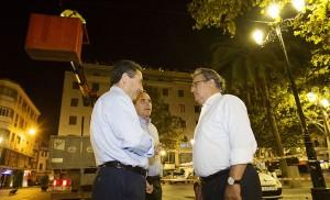 Zoido supervisa el desmontaje de las catenarias en plaza Nueva