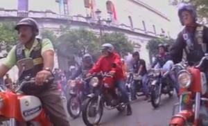 Los moteros, llegando a la plaza Nueva, en la cámara «subjetiva» de «Botica»