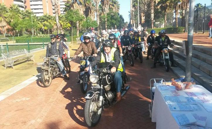 La concentración de motos clásicas organizada por el Club de Motos «Er Botica», a punto de salir de Los Jardines de Hércules
