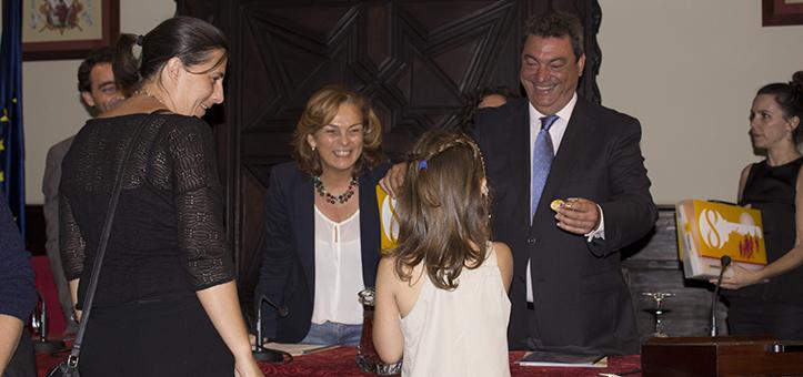 Contreras, De Pablo-Blanco y Flores entregando las llaves a una madre y su hija