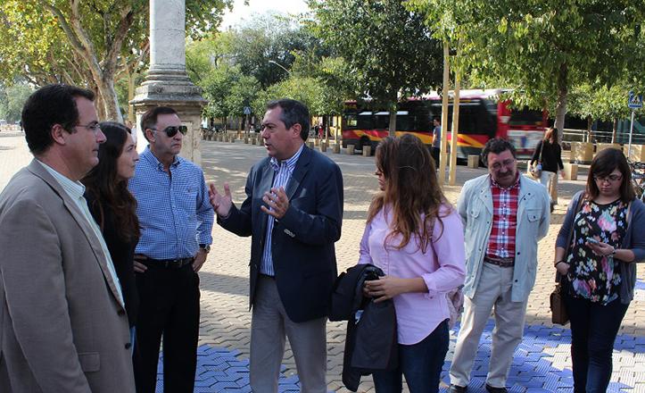 El portavoz socialista Juan Espadas en la Alameda de Hércules
