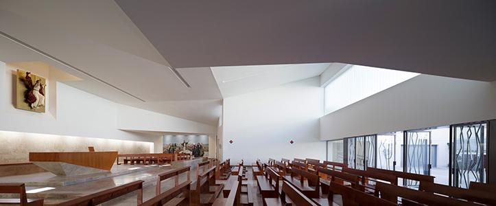 Espacioso y luminoso interior, el de la iglesia de la Ascensión del Señor / Miguel de Guzmán