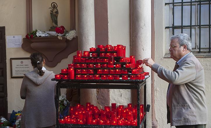El reguero de peticiones a San Judas Tadeo no decae ningún día del año, manteniendo siempre encendidas las velas rojas en su honor / Juan José Úbeda