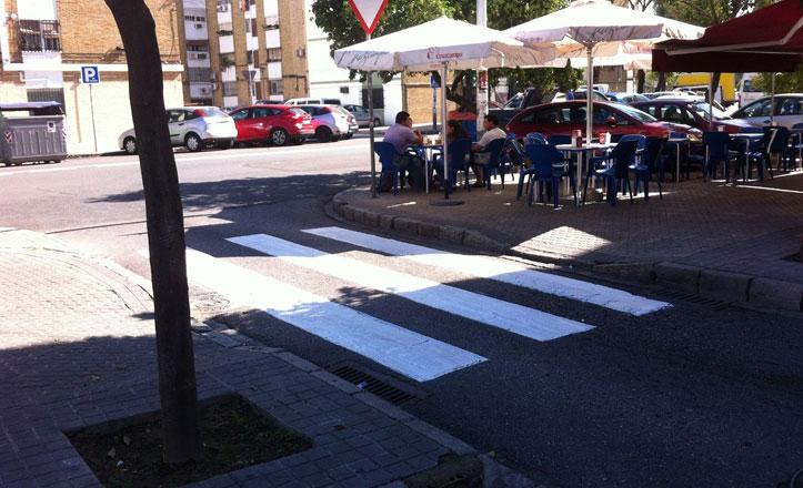 Pasos de peatones a punto en la barriada del Cerezo