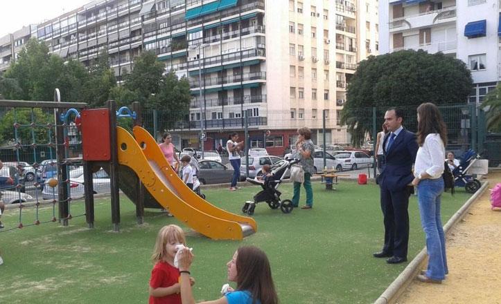 Nuevo césped artificial para el parque infantil de la calle Monzón