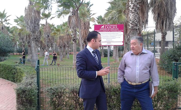 Rafael Belmonte y Juan Lobo junto al nuevo pipi-can de Jardines de Hércules