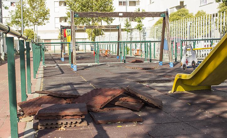 Detalle de las baldosas levantadas en la zona de juegos infantiles de la plaza Salvador Valverde / Fran Piñero