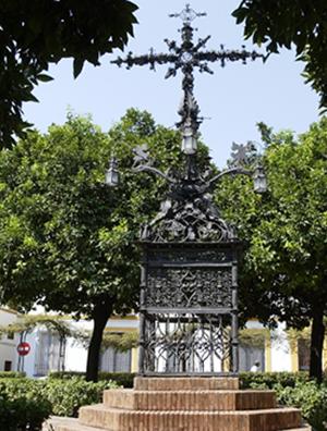 Cruz de forja de la plaza de Santa Cruz / Pepe Ortega