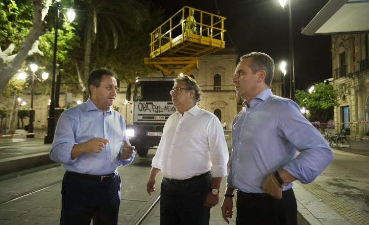 Zoido presencia la retirada de las catenarias en la plaza Nueva