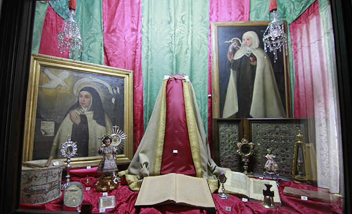 Conjunto de reliquias y retrato de Santa Teresa de Jesús en el Convento de San José de Sevilla / Vanessa Gómez