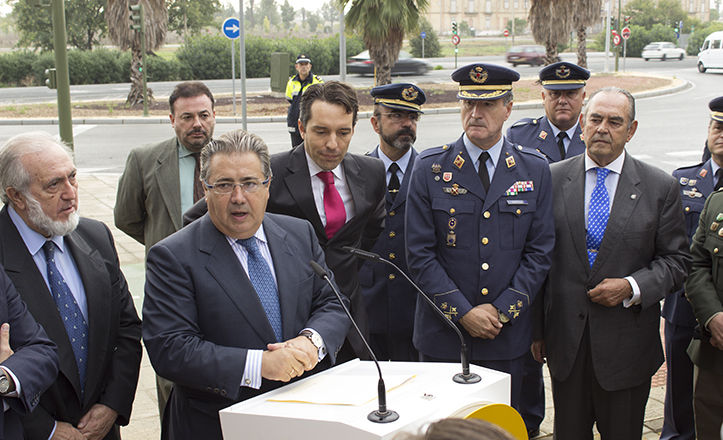 El alcalde Zoido, junto a Pablo Muñoz Cariñanos, y representaciones militares y médicas, frente a la Glorieta homenaje al Coronel Médico / Fran Piñero