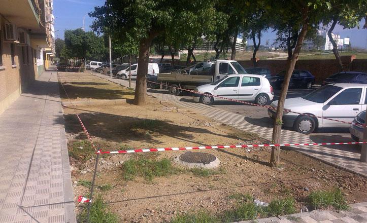 Instalan el cerramiento de los parterres en la calle Águila de Oro
