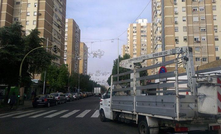 Comienzan a instalar el alumbrado navideño en las calles del Cerro-Amate