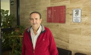 El líder vecinal junto a la placa conmemorativa de G. Caraballo / F. P.