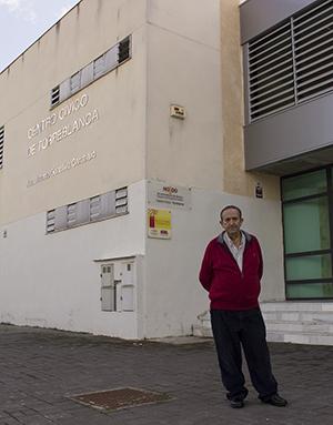 Antonio Guisado junto al Centro Cívico González Caraballo / Fran Piñero