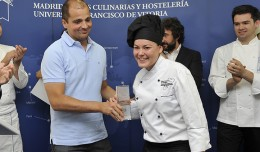 María Dolores Hedrera recogiendo el Segundo Premio de Le Cordon Bleu / Guillermo García Baltasar