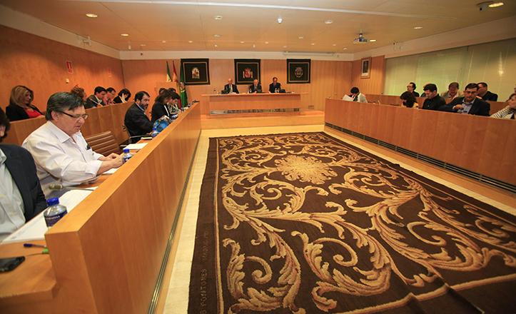 El salón de plenos de la Diputación de Sevilla, con la majestuosa alfombra que ordena la estancia / José Galiana