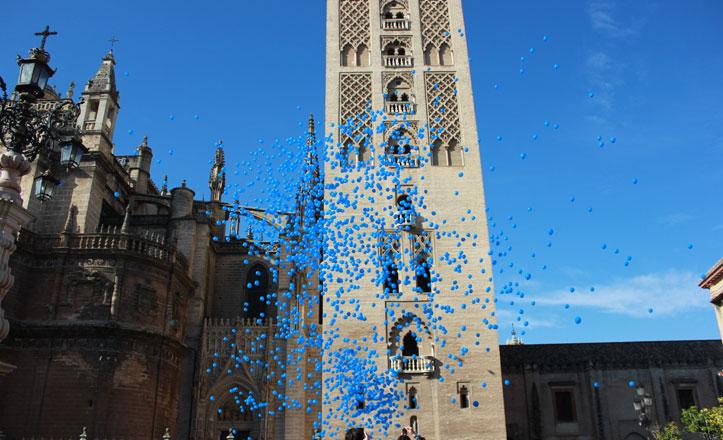 4.000 globos cubren la Giralda para celebrar el Día de la Infancia