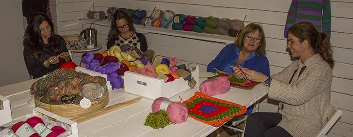 Las participantes del taller de adornos comparten sus conocimientos y se relajan en cada sesión