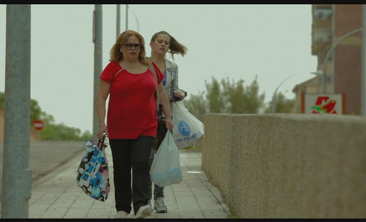 Carmina y María saliendo del centro comercial Alcampo