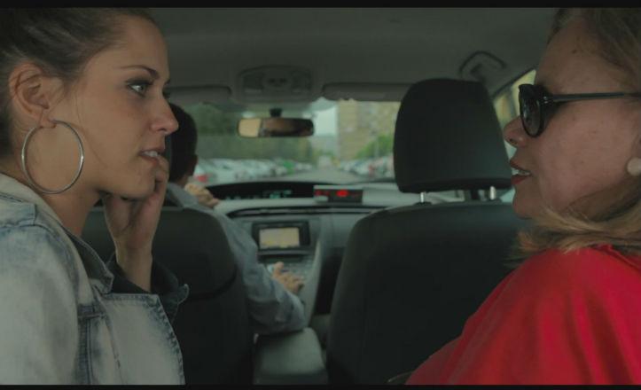 Carmina y María en un taxi por la avenida de la Paz