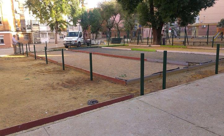Comienza el cerramiento de las pistas de petanca en la calle Andrómeda