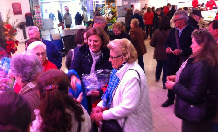 Mercasevilla reparte bolsas reutilizables entre los mercados de Nervión