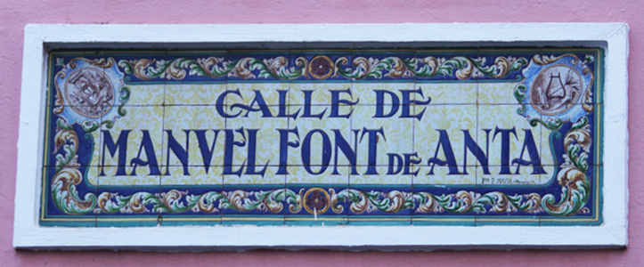 Rótulo, a base de cerámica sevillana, de la calle Manuel Font de Anta / Fran Pîñero