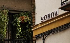 Rótulo de la calle Sorda, junto a la muralla Macarena / Fran Piñero