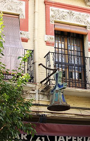La campana, vista desde la acera opuesta al 61 de Feria / F.P.