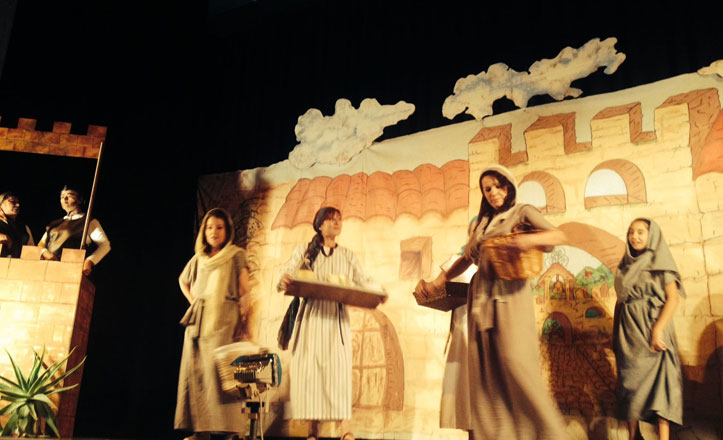 El grupo de teatro Hijas del Alba lleva al Cerro-Amate «Las Armas de Bagatela»