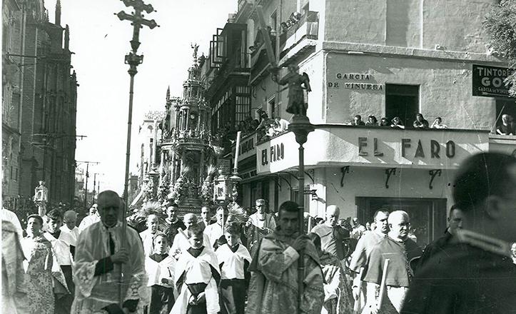 El desfile del Corpus Christi llega desde la avenida de Queipo de llano, en una instantánea de la década de los 40.