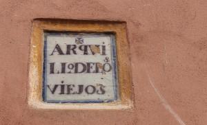 Placa del antiguo «Arquillo de los Viejos» / F. Piñero