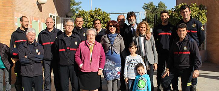 Los bomberos del Parque 5 junto a Esperanza Vélez, Mar González, Blanca Parejo y Emilio «Caracafé» / F. P.