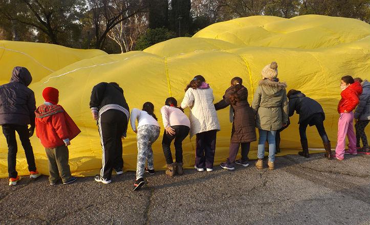 Los niños ayudando a montar el globo